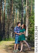 Купить «Влюбленная пара в сосновом лесу», фото № 6330244, снято 5 июля 2014 г. (c) Ирина Балина / Фотобанк Лори