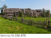 Купить «Заброшенный дом в деревне», фото № 6330476, снято 12 августа 2014 г. (c) Николай Мухорин / Фотобанк Лори