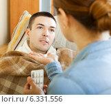 Купить «wife giving pills to diseased man», фото № 6331556, снято 27 марта 2019 г. (c) Яков Филимонов / Фотобанк Лори