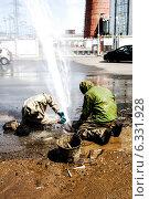 Купить «Устранение утечки воды», фото № 6331928, снято 15 июня 2013 г. (c) Andrey Michurin / Фотобанк Лори