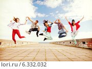 Купить «group of teenagers jumping», фото № 6332032, снято 20 июля 2013 г. (c) Syda Productions / Фотобанк Лори