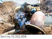 Купить «Сварщик за работой», фото № 6332604, снято 19 июня 2013 г. (c) Andrey Michurin / Фотобанк Лори