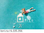 Купить «Маленькая девочка рисует мелом дом и деревья на асфальте», фото № 6335356, снято 26 июля 2014 г. (c) Сергей Новиков / Фотобанк Лори