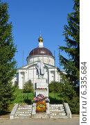 Купить «Г. Мышкин. Памятник В.И.Ленину на фоне Никольского собора», фото № 6335684, снято 8 августа 2014 г. (c) Александр Замараев / Фотобанк Лори