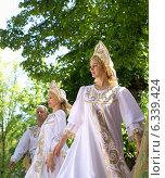 Женщины  мужчина  в народных костюмах танцуют на сцене (2014 год). Редакционное фото, фотограф Ясевич Светлана / Фотобанк Лори