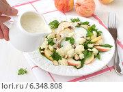 Салат из цветной капусты с яблоками и орехами. Стоковое фото, фотограф Ольга Лепёшкина / Фотобанк Лори