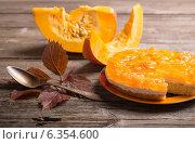 Купить «pumpkin pie on wooden table», фото № 6354600, снято 1 сентября 2014 г. (c) Майя Крученкова / Фотобанк Лори