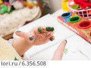 Купить «Ребенок рисует пальчиковыми красками», фото № 6356508, снято 23 марта 2012 г. (c) Елена Вяселева / Фотобанк Лори