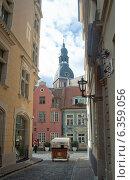 Купить «Рига. Повозка на узкой улице старого города», эксклюзивное фото № 6359056, снято 29 августа 2014 г. (c) Svet / Фотобанк Лори