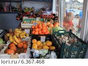 Купить «Импортные фрукты на прилавке магазина. Беларусь», фото № 6367468, снято 2 июля 2013 г. (c) Татьяна Грин / Фотобанк Лори
