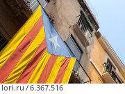 Флаг Каталонии на фасаде здания (2014 год). Стоковое фото, фотограф EugeneSergeev / Фотобанк Лори