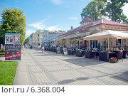 Купить «Центральная пешеходная улица города. Юрмала,  ул.Йомас», эксклюзивное фото № 6368004, снято 30 августа 2014 г. (c) Svet / Фотобанк Лори