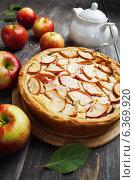 Купить «Домашний яблочный пирог на разделочной доске», фото № 6369920, снято 6 сентября 2014 г. (c) Надежда Мишкова / Фотобанк Лори