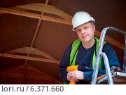 Купить «Portrait of builder standing by ladder with hard hat and high visibility jacket», фото № 6371660, снято 24 октября 2018 г. (c) Ingram Publishing / Фотобанк Лори