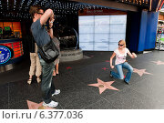 Los Angeles, USA, tourists take pictures on the Walk of Fame (2010 год). Редакционное фото, агентство Caro Photoagency / Фотобанк Лори