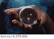 Купить «Стеклянный шар в руке», фото № 6379436, снято 14 августа 2014 г. (c) Юрий Викулин / Фотобанк Лори