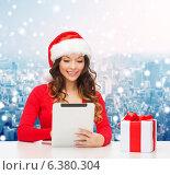 Купить «smiling woman in santa hat with gift and tablet pc», фото № 6380304, снято 22 сентября 2013 г. (c) Syda Productions / Фотобанк Лори