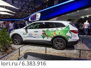 Купить «Hyundai Santa Fe. Московский международный автомобильный салон 2014», эксклюзивное фото № 6383916, снято 29 августа 2014 г. (c) Сергей Лаврентьев / Фотобанк Лори