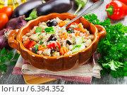 Купить «Плов из пшеничной крупы и овощей в керамическом сотейнике на столе», фото № 6384352, снято 8 сентября 2014 г. (c) Надежда Мишкова / Фотобанк Лори