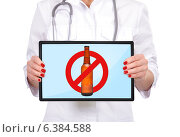 Женщина врач держит планшет с перечеркнутой бутылкой пива на экране. Стоковое фото, фотограф Виталий Китайко / Фотобанк Лори