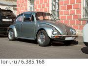 Купить «Легковой автомобиль Volkswagen Beetle у тротуара», фото № 6385168, снято 10 сентября 2014 г. (c) Родион Власов / Фотобанк Лори