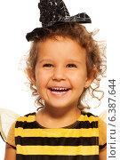Портрет радостной девочки в костюме пчелы, фото № 6387644, снято 17 августа 2014 г. (c) Сергей Новиков / Фотобанк Лори