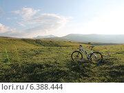 Велосипед в горных лугах (2014 год). Редакционное фото, фотограф Максим Кожушко / Фотобанк Лори