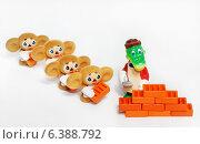 Купить «Игрушки. Крокодил Гена и чебурашки кладут кирпичи», эксклюзивное фото № 6388792, снято 1 апреля 2012 г. (c) Dmitry29 / Фотобанк Лори