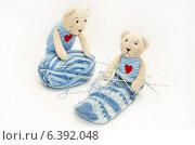 Купить «Игрушки. Два медвежонка играют с клубком и недовязанным носком.», эксклюзивное фото № 6392048, снято 25 ноября 2012 г. (c) Dmitry29 / Фотобанк Лори