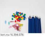 Цветные карандаши, скрепки и кнопки. Стоковое фото, фотограф Иван Корчагин / Фотобанк Лори