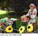 Купить «Женщина в народном костюме ткет с помощью бердо», фото № 6396508, снято 15 августа 2014 г. (c) Ирина Борсученко / Фотобанк Лори