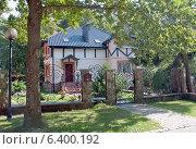 Купить «Красивый частный дом в зелёной зоне», эксклюзивное фото № 6400192, снято 14 сентября 2014 г. (c) Svet / Фотобанк Лори