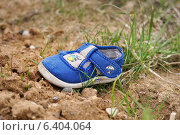 Купить «Потерянный детский ботинок на обочине дороги», эксклюзивное фото № 6404064, снято 11 мая 2014 г. (c) Dmitry29 / Фотобанк Лори