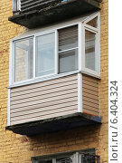 Пластиковый балкон с наклонной крышей в старом доме. Стоковое фото, фотограф Михаил Хорошкин / Фотобанк Лори