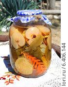 Купить «Домашние соления. Консервированные яблоки с морковью.», фото № 6406144, снято 25 августа 2014 г. (c) Стефания Домогацкая / Фотобанк Лори