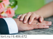 Купить «Руки жениха и невесты с обручальными кольцами», эксклюзивное фото № 6406672, снято 1 августа 2014 г. (c) Игорь Низов / Фотобанк Лори