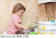 Купить «Baby girl washes dishes», фото № 6406724, снято 9 августа 2012 г. (c) Яков Филимонов / Фотобанк Лори