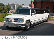 Купить «Белый свадебный лимузин», эксклюзивное фото № 6409068, снято 1 августа 2014 г. (c) Игорь Низов / Фотобанк Лори