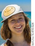 Купить «Девочка-подросток улыбается в кепке со смайликом», фото № 6410024, снято 24 июня 2014 г. (c) Елена Троян / Фотобанк Лори