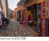 Clothing store display on street, Ait Benhaddou, Ouarzazate, Morocco (2012 год). Стоковое фото, агентство Ingram Publishing / Фотобанк Лори