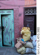 Stacked of sacks in front of doorway, Medina, Marrakesh, Morocco (2012 год). Стоковое фото, агентство Ingram Publishing / Фотобанк Лори