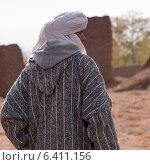 Rear view of a Tuareg man standing, Telouet, Ouarzazate, Souss-Massa-Draa, Morocco (2012 год). Редакционное фото, агентство Ingram Publishing / Фотобанк Лори