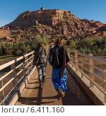 People walking on a bridge, Ait Benhaddou, Ouarzazate, Souss-Massa-Draa, Morocco (2012 год). Редакционное фото, агентство Ingram Publishing / Фотобанк Лори