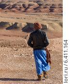 Tuareg man looking at a town view from the terrace of a fort, Ait Benhaddou, Ouarzazate, Souss-Massa-Draa, Morocco (2012 год). Редакционное фото, агентство Ingram Publishing / Фотобанк Лори