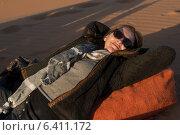 Woman lying in Erg Chegaga Dunes, Sahara Desert, Souss-Massa-Draa, Morocco (2012 год). Редакционное фото, агентство Ingram Publishing / Фотобанк Лори