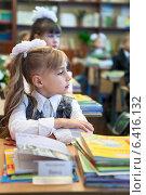 Купить «Девочка сидит на уроке в первом классе и внимательно слушает учителя», фото № 6416132, снято 1 сентября 2014 г. (c) Кекяляйнен Андрей / Фотобанк Лори