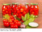 Купить «Консервирование томатов со специями в стеклянных банках», фото № 6421204, снято 5 августа 2014 г. (c) Сергей Колесников / Фотобанк Лори