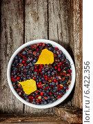 Купить «Неочищенные осенние лесные ягоды», фото № 6422356, снято 20 сентября 2014 г. (c) Наталья Осипова / Фотобанк Лори