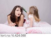 Маме больно от расчесывания волос дочкой. Стоковое фото, фотограф Иванов Алексей / Фотобанк Лори