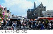 Купить «Большая церьковь (Grote Kerk) на центральной рыночной площади Grote Markt (Харлем, Голландия)», видеоролик № 6424092, снято 13 сентября 2014 г. (c) FMRU / Фотобанк Лори